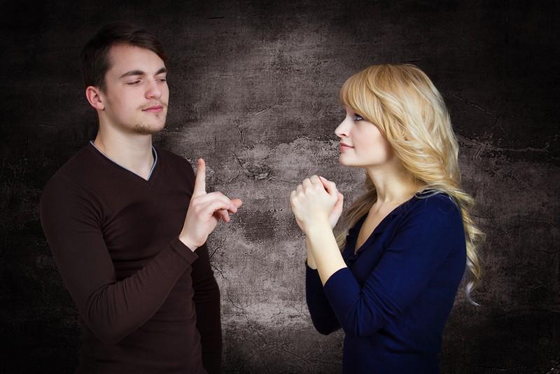 Eine Frau bittet einen Mann um etwas und er lehnt ab