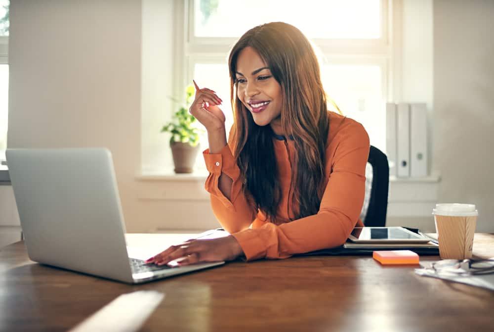 eine Frau sitzt an einem Laptop