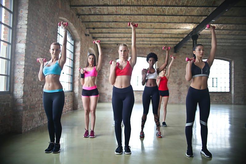 eine Gruppe von Frauen, die mit Hanteln trainieren
