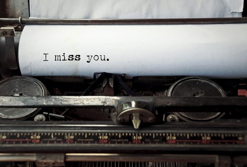 eine Schreibmaschine mit Blatt Papier und dem Satz: Ich vermisse dich