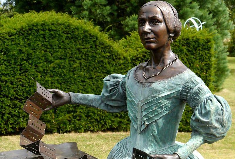 eine Statue von Ada Lovelace im Garten der Helden