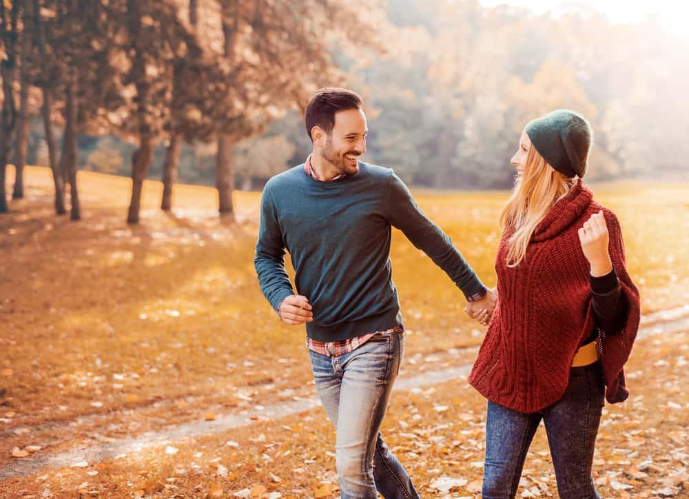glückliches Paar auf einem Herbstspaziergang