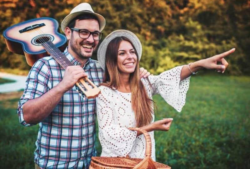 junges-Paar-auf-einem-Picknick(1)