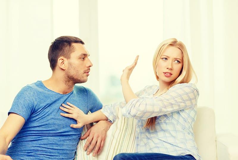 unglückliches Paar, das zu Hause einen Streit hat, während es auf dem Sofa sitzt