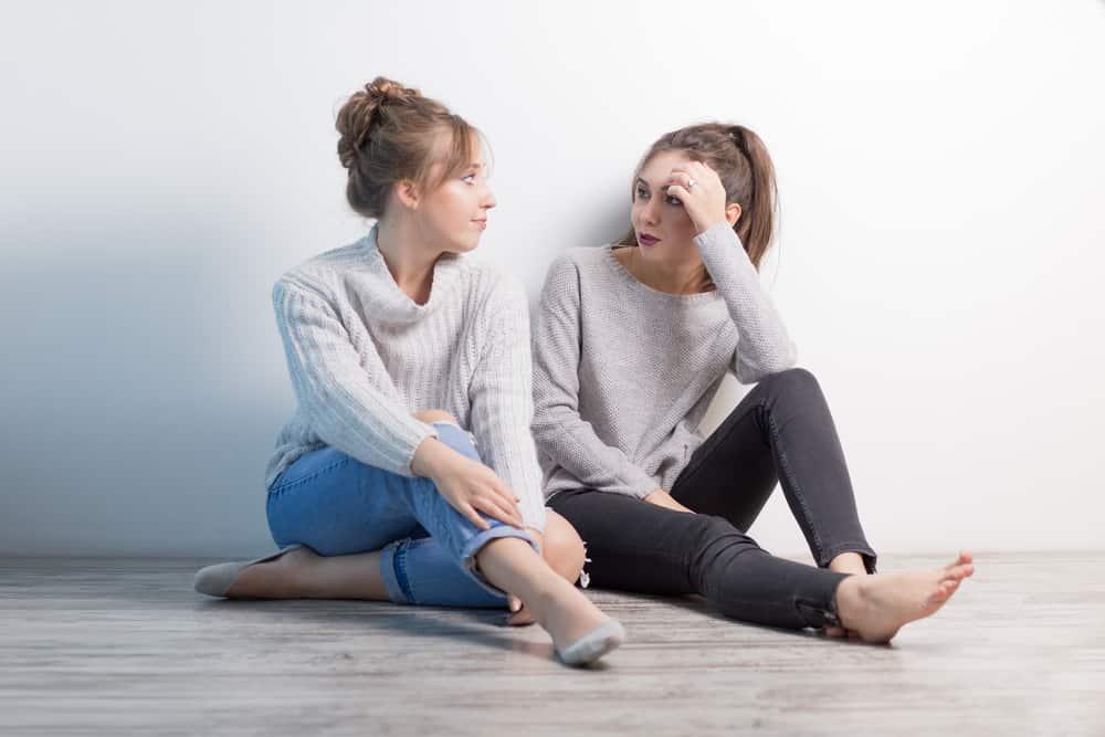 zwei Freunde sitzen und reden