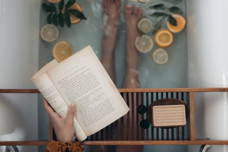 Die Hand hält das Buch