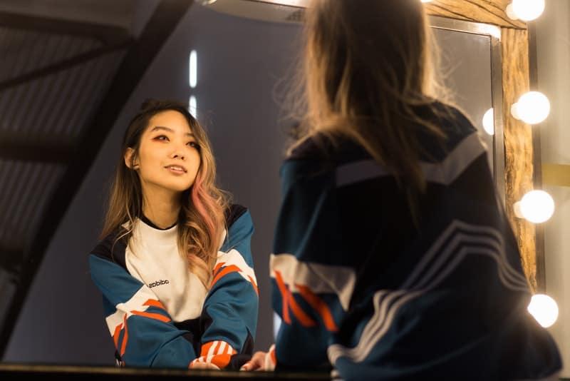 Die lächelnde Chinesin schaut in den Spiegel
