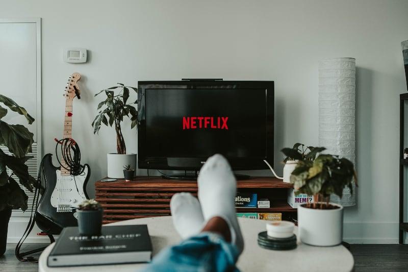 Ein Mann, der Filme auf Netflix sieht