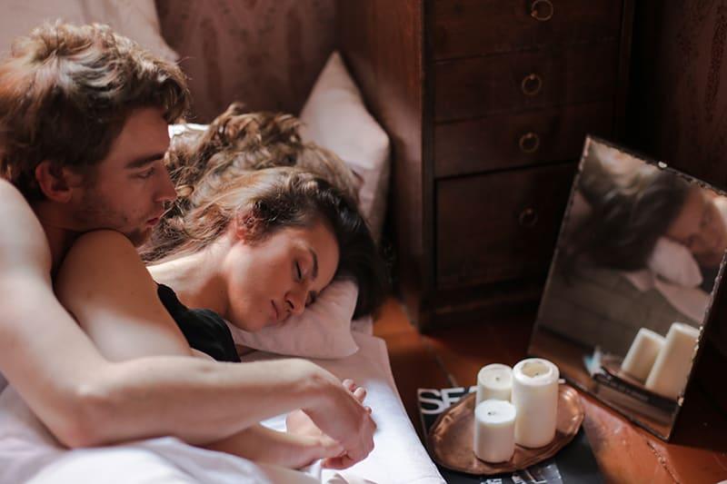 Ein Mann sucht eine Frau, die in seiner Nähe im Bett schläft