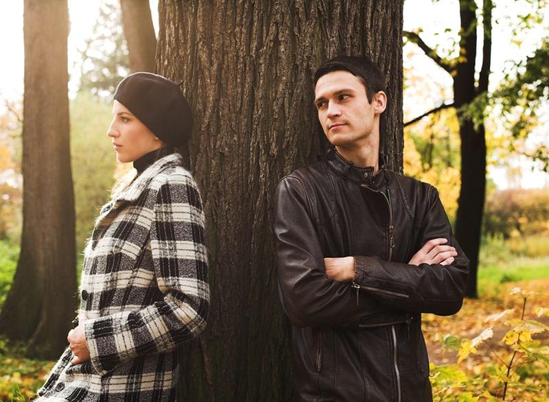 Ein Mann und eine Frau lehnten sich auf das Holz und sahen nachdenklich aus