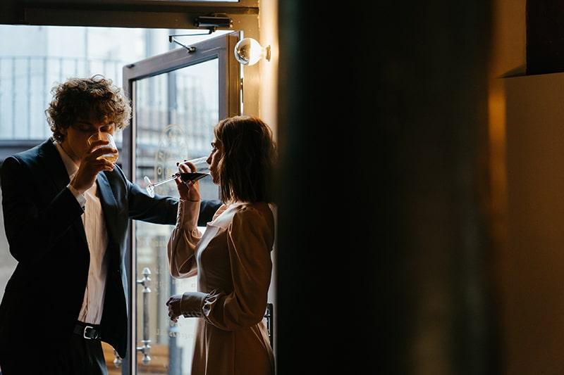 Ein Mann und eine Frau trinken zusammen ein Date