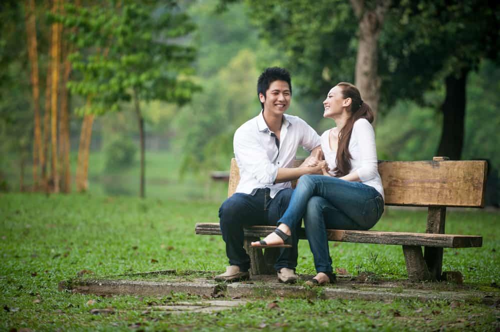 Ein liebendes Paar hat ein Treffen auf einer Parkbank