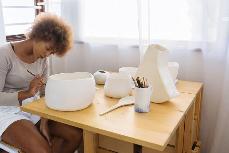 Eine Frau schmückt Vasen