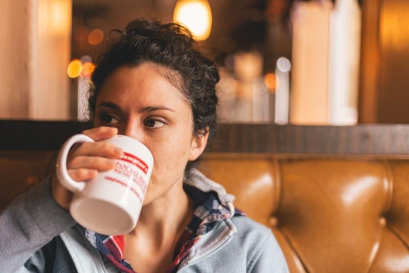Eine launische Frau trinkt Tee