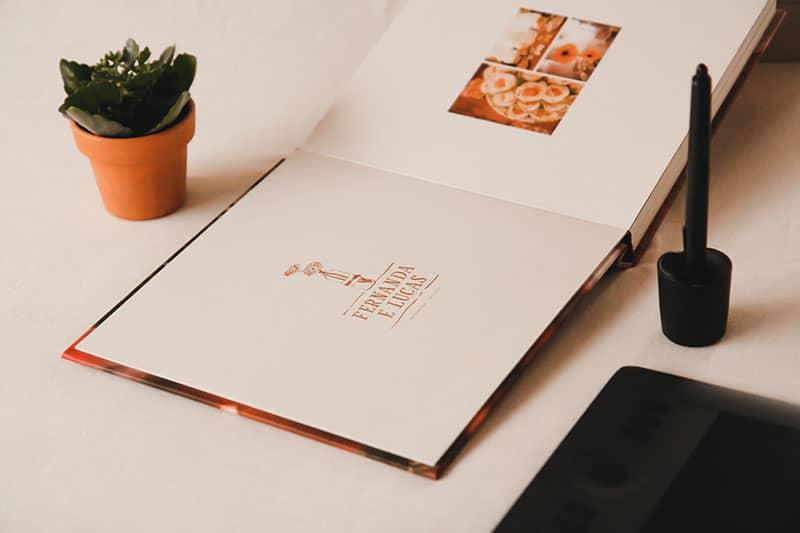Fotoalbum auf dem Tisch