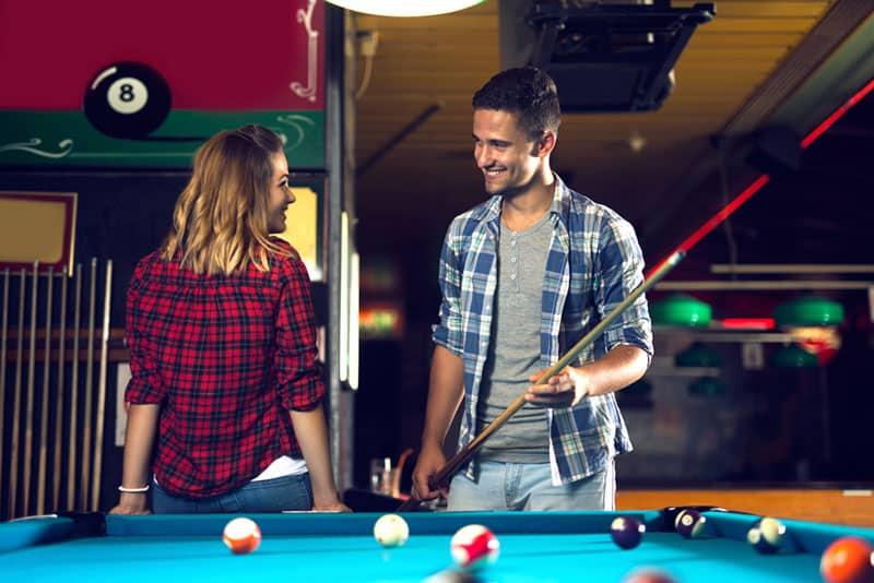Frau flirtet mit Mann im Billardclub