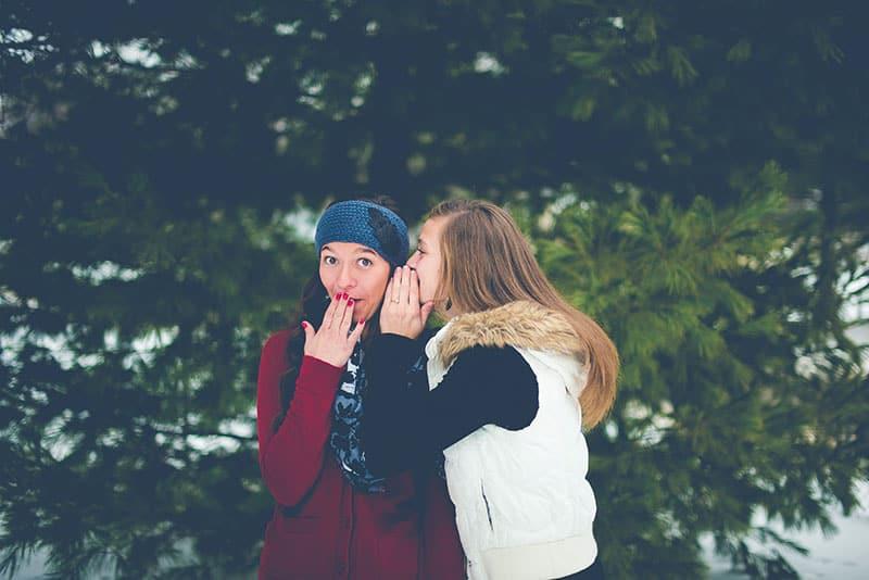 Frau klatscht zu ihrer Freundin