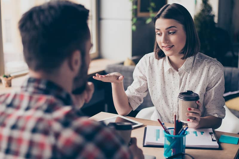 Frau spricht mit Mann im Büro