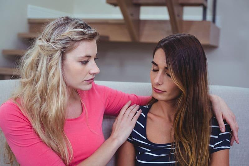 Frau tröstet ihre verärgerte Freundin