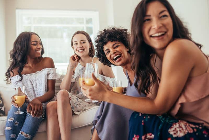Frauen sitzen auf der Couch und haben eine gute Zeit