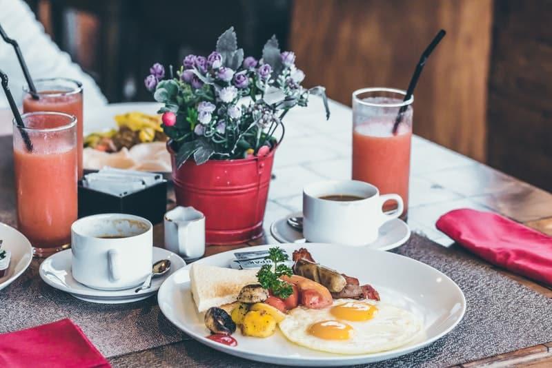 Frühstück mit Kaffee auf dem Tisch serviert
