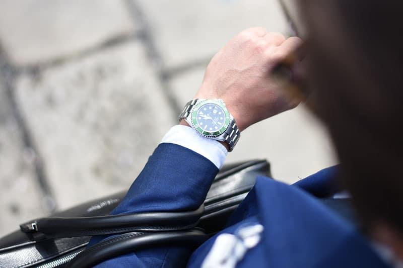Geschäftsmann schaut auf Uhr