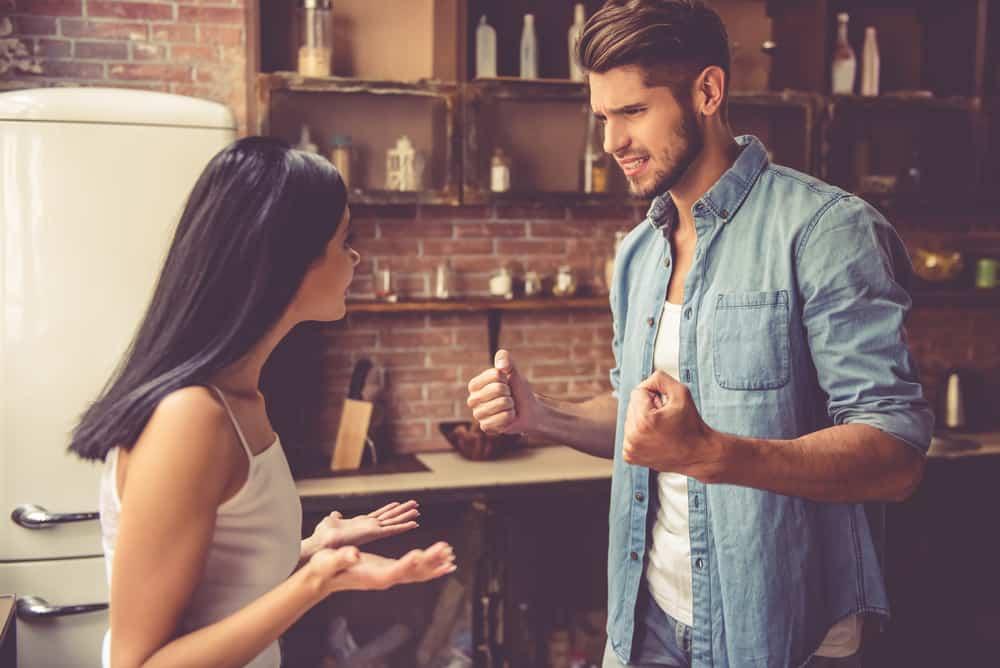 In der Küche streitet ein wütender Mann mit einer Frau