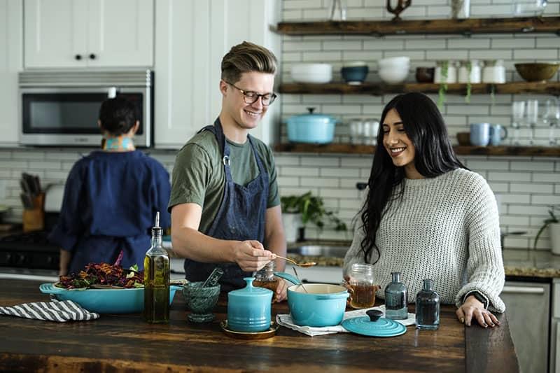 Mann hilft beim Kochen zu seiner Schwägerin