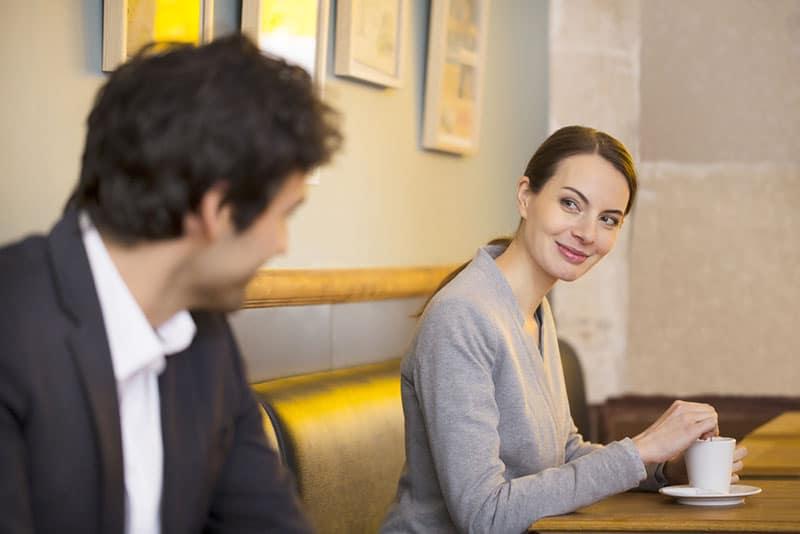 Mann und Frau flirten im Café