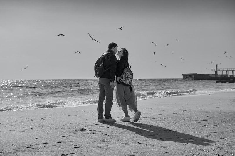 Mann und Frau küssen sich am Strand