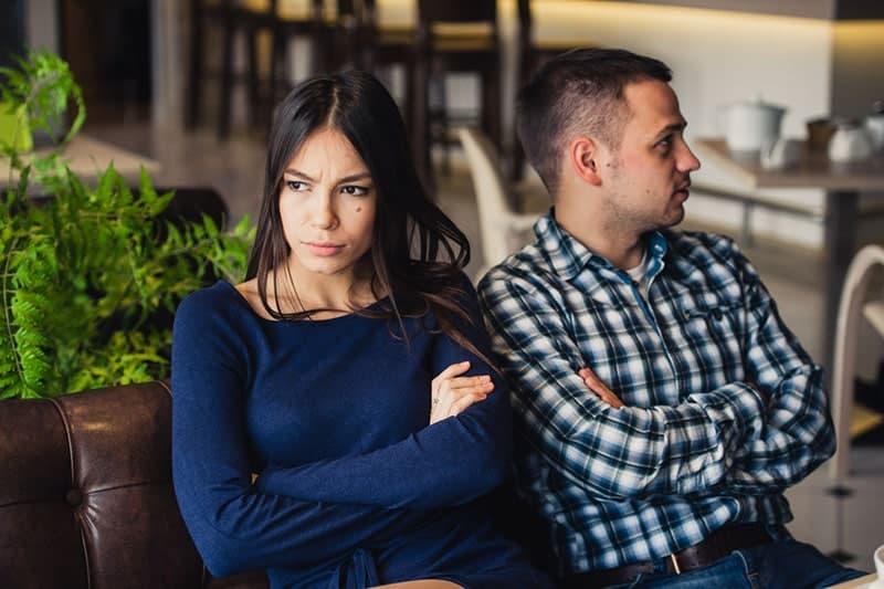 Paar im Konflikt auf der Couch sitzen