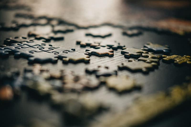 Puzzle auf dem Tisch