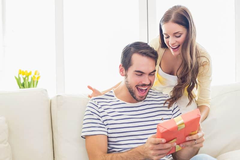 Frau überraschen ihren Freund