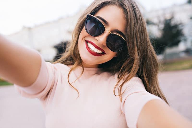 attraktive Frau, die selfie nimmt