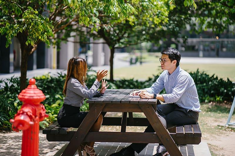 Ein Ex-Paar, das sich im Park trifft und sich unterhält