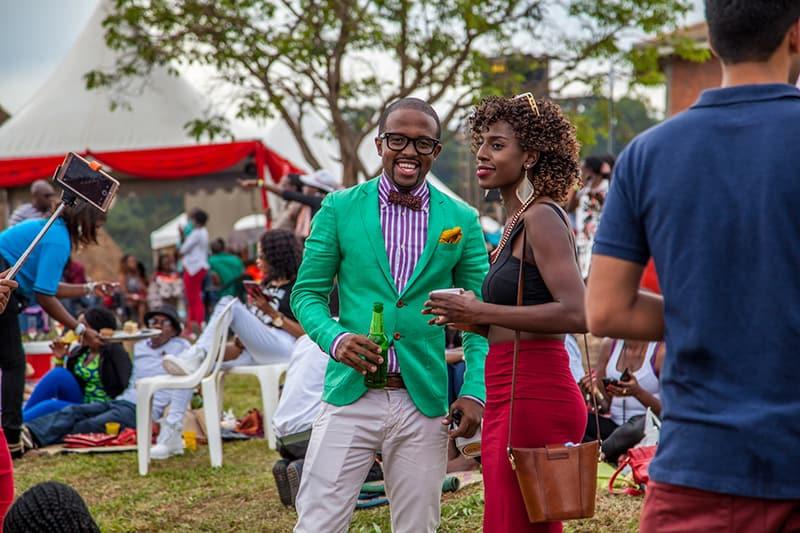 Ein Mann und eine Frau unterhalten sich auf der Party im Freien