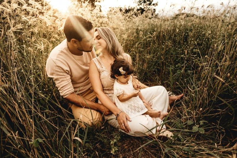 ein Paar, das die Natur mit einem kleinen Kind genießt