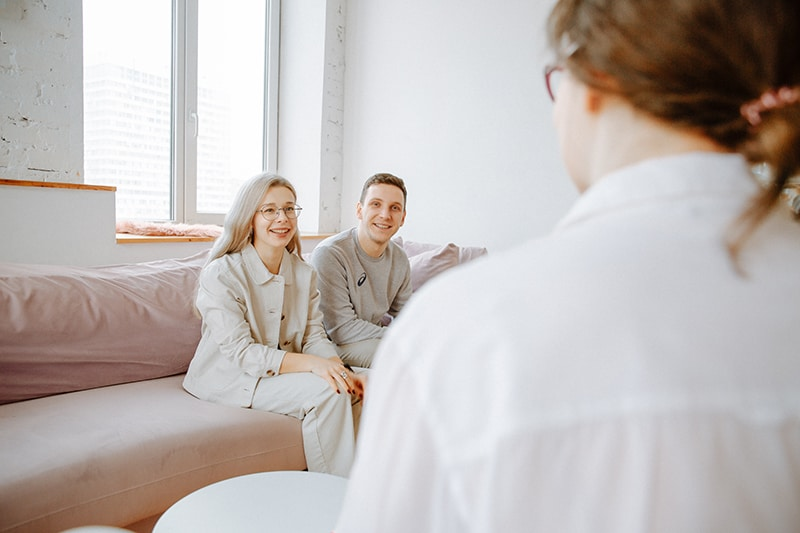 ein Paar sitzt auf der Couch vor dem Paartherapeuten