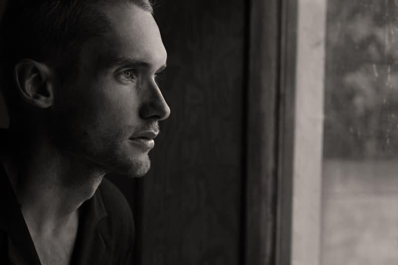ein Porträt eines denkenden Mannes