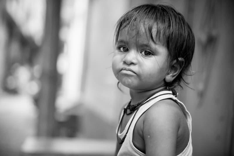 ein Porträt eines traurigen Kindes