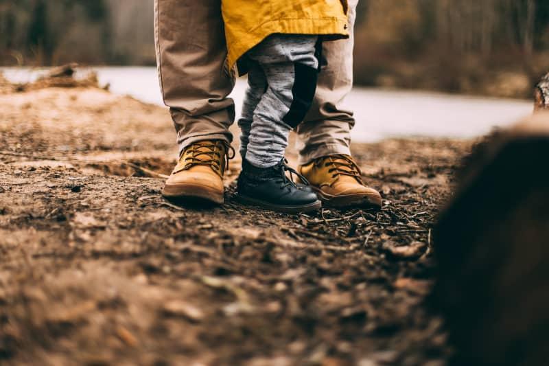 ein Vater, der mit einem Kind geht