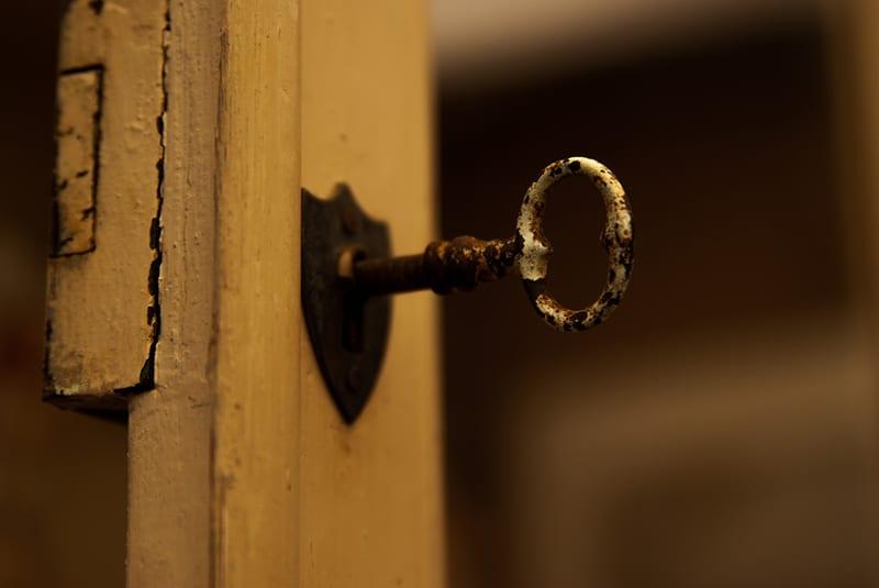 ein alter Schlüssel in einem Türschloss