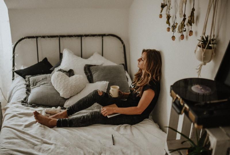 ein einsames Mädchen sitzt in einem Raum