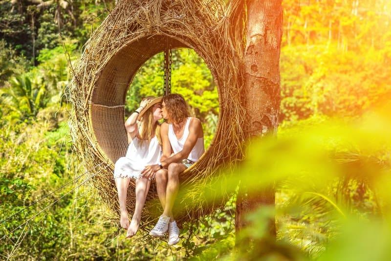 ein liebendes Paar küsst auf einem Baum