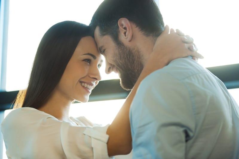 ein schönes verliebtes Paar, das sich in die Augen schaut