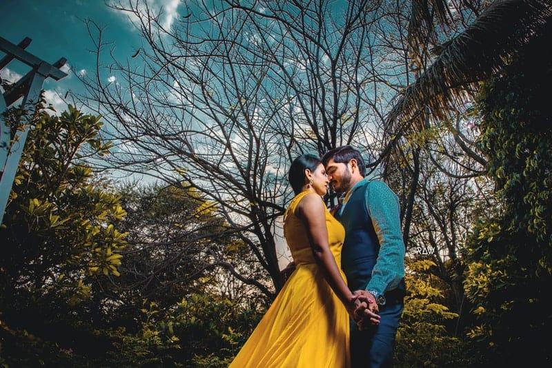 ein verliebtes Paar, das im Park Händchen haltend steht
