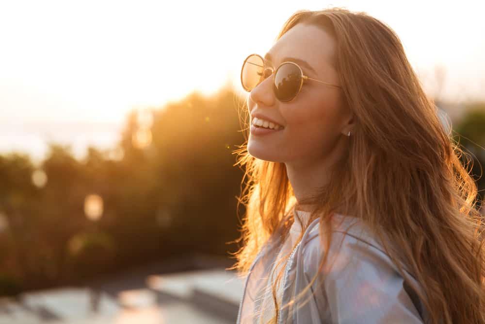 eine Frau mit Brille stehend