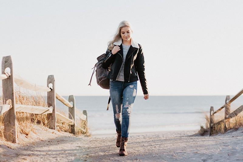 eine Frau mit einem Rucksack auf der Straße