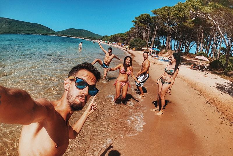 Eine Gruppe von Freunden macht ein Selfie-Foto an der Küste