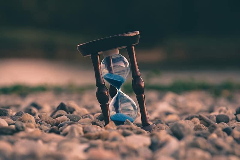 eine Sanduhr mit blauem Sand auf den Peebles